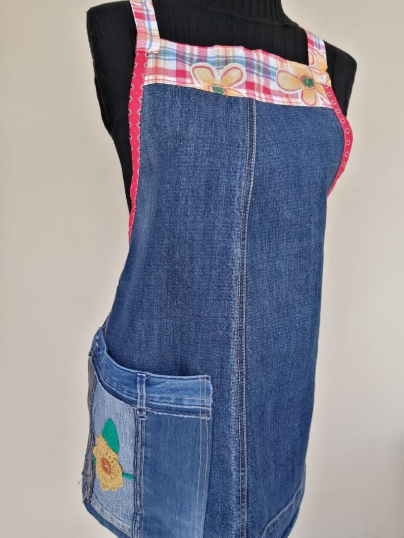 Denim apron with colourful edging and flower motif on large pocket